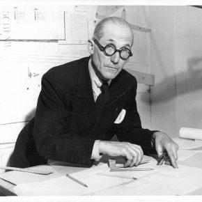 Le Corbusier en su oficina ©Fondation Le Corbusier