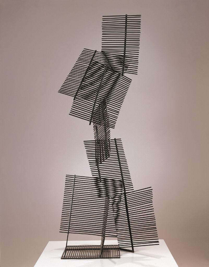 Gego (Gertrud Goldschmidt). Eight Squares. 1961, hierro pintado,170 × 64 × 40 cm). Cortesía: MoMA/CPPC