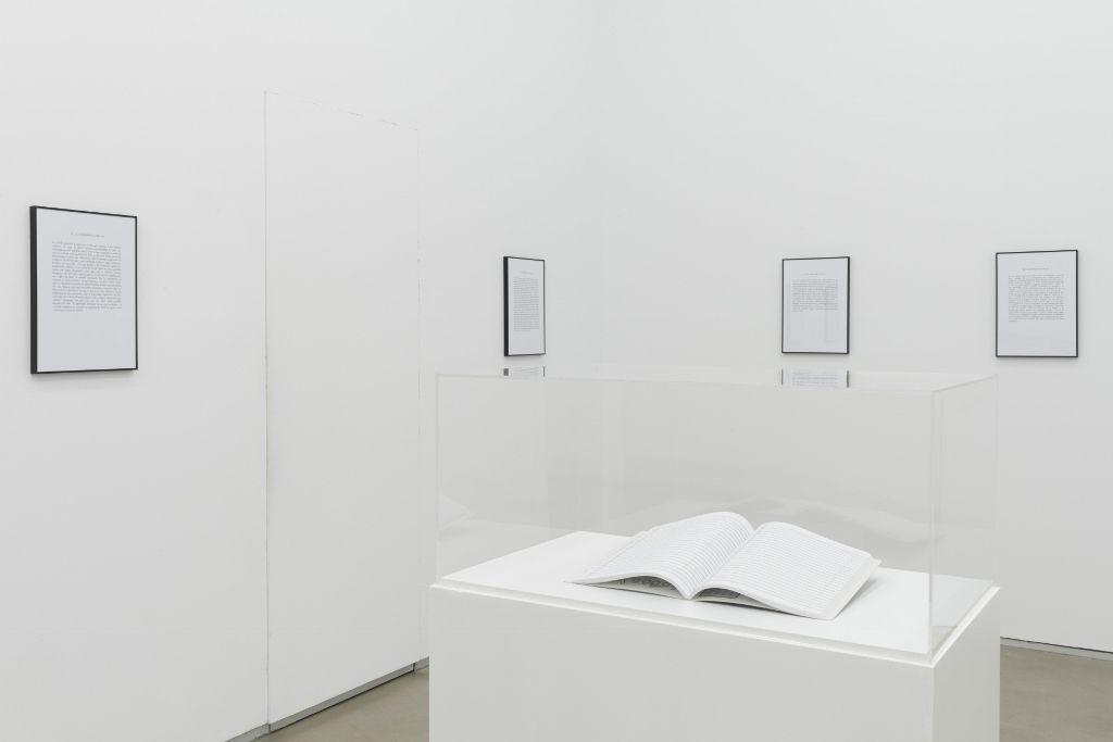 Luis Camnitzer El Cuaderno Rayado, 2012/2016 Cuaderno y 11 textos impresos 25 x 19 cm (cuaderno); 30 x 42.5 cm (cada texto enmarcado) Cortesía del artista y la Galería Parra & Romero