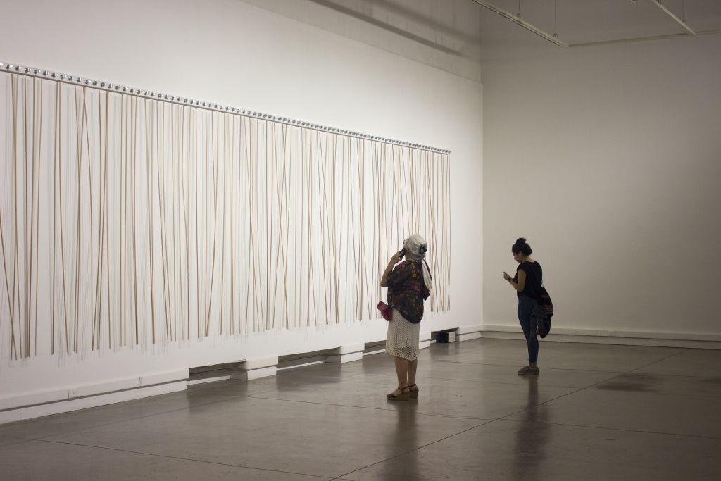 Vista de la obra de Zimoun en Cruces Sonoros: Mundos Posibles, encuentro interdisciplinario organizado por Anilla MAC, Santiago de Chile, 2016. Foto cortesía: MAC