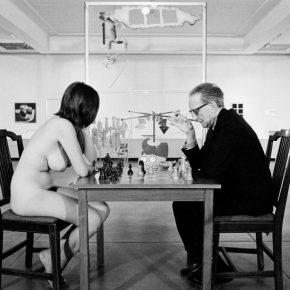 Julian Wasser. Marcel Duchamp jugando al ajedrez en el Pasadena Museum. 1963