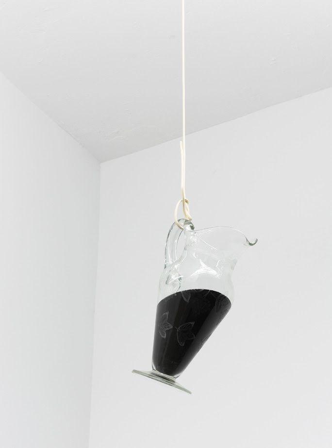 Cristián Silva, Horizonte de brea (después de Tiziano), 2016. Jarra de vidrio, brea, cable eléctrico. Dimensiones variables. Cortesía: Maisterravalbuena