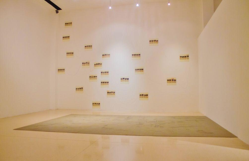 Luis Roldán, This Week (Esta semana), 2016. Papel impreso, tinta, sanguina, frottage sobre papel y baldosa Foto: Tatiana Toro. Cortesía: 44 Salón Nacional de Artistas