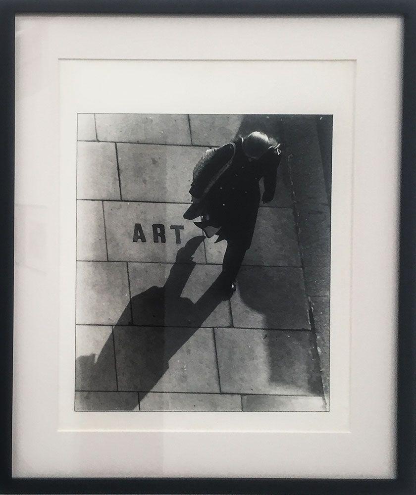 Pedro Terán, Arte en la calle, 1971. Evento público, fotografía en blanco y negro vintage. 38 x 30.5 cm. Cortesía: Instituto de Visión, Bogotá, 2016