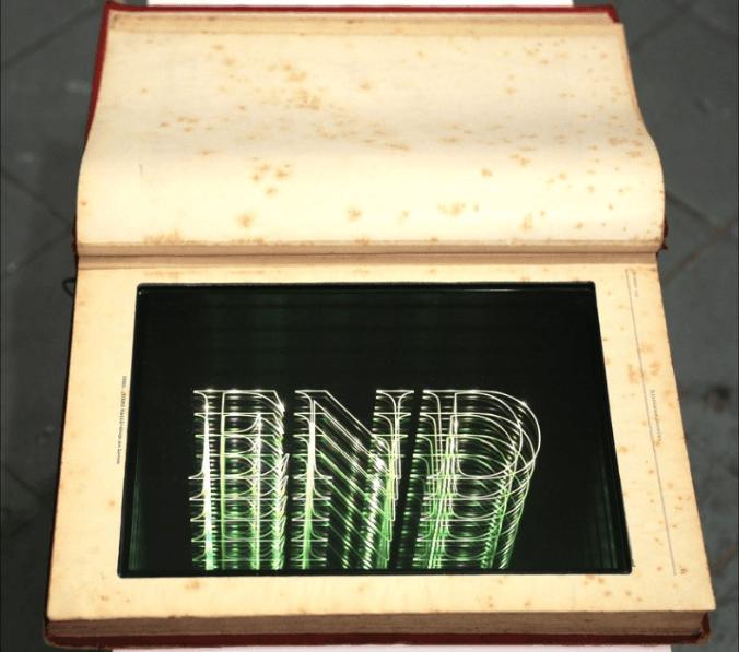 Iván Navarro, La ilustración artística, 2016, libro y neón, 41 × 28.3 × 4.1 cm. En el stand de Polígrafa Obra Gráfica, Barcelona