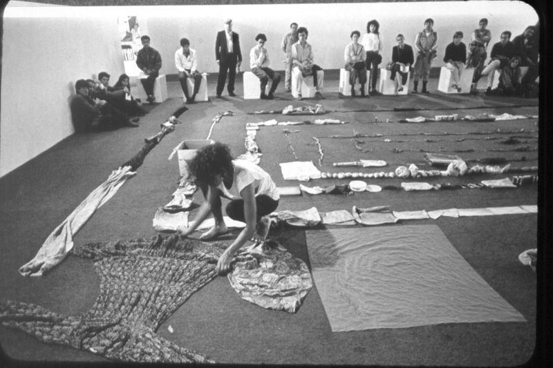 Una cosa es una cosa. Performance registrada en fotografia (video). Obra de María Teresa Hincapíe de Zuluaga, 1990. Colección Museo Nacional de Colombia. Reg. 6063 © Museo Nacional de Colombia / Juan Camilo Segura