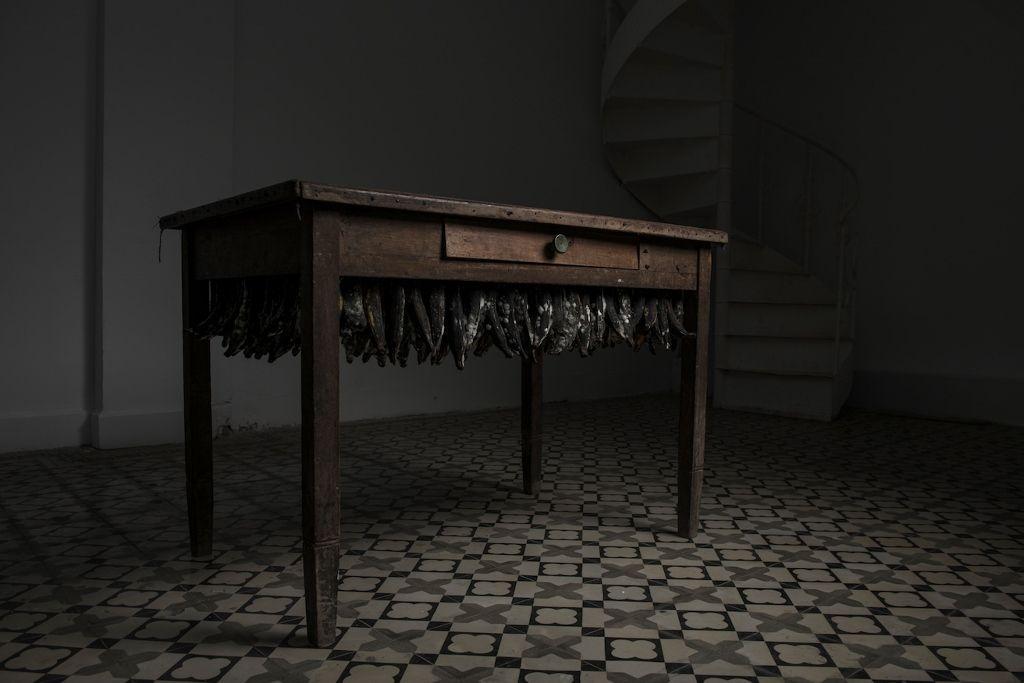 Andrés Bedoya, Sin título, 2016, mesa de madera, bananas, 75 × 118 × 80 cm Cortesía: Ginsberg Galería, Lima