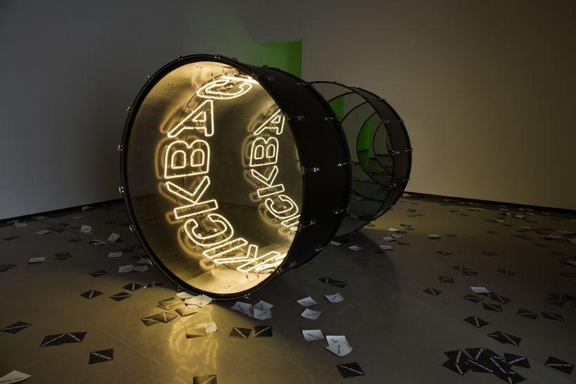 Vista de la exposición Mute Parade, de Iván Navarro, en la galería Paul Kasmin, Nueva York, 2016. Cortesía de la galería