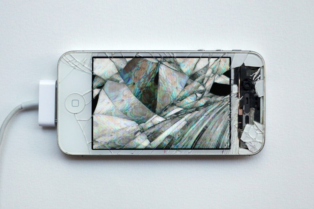 Émilie Brout & Maxime Marion,2016, celulares inteligentes rotos encontrados, video, 12.1 x 5.7 cm. Cortesía: Steve Turner, Los Angeles