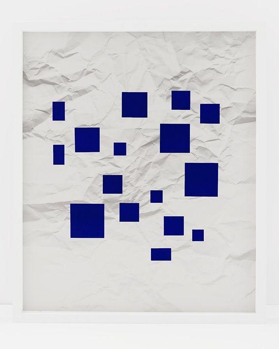 Vik Muniz, Sin título (papel arrugado, cuadrados azul ultramarino). Foto cortesía del artista y Galeria Nara Roesler