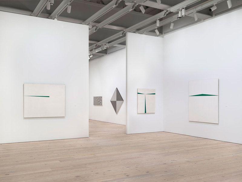 """Vista de la exposición """"Carmen Herrera: Lines of Sight"""", en el Whitney Museum of American Art, Nueva York. Foto: Ronald Amstutz"""