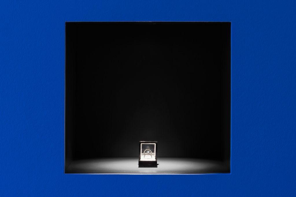 """Jill Magid, The Proposal (La propuesta), 2016,, diamante azul sin cortar de 2,02 quilates con la inscripción en micro-láser """"Soy sinceramente suyo"""", anillo de plata, caja de anillo, documentos. Diseño de montaje: Anndra Neen. Cortesía de la artista; LABOR, Ciudad de México; RaebervonStenglin, Zurich y Galerie Untilthen, París. Foto: Kunst Halle Sankt Gallen / Stefan Jaeggi"""