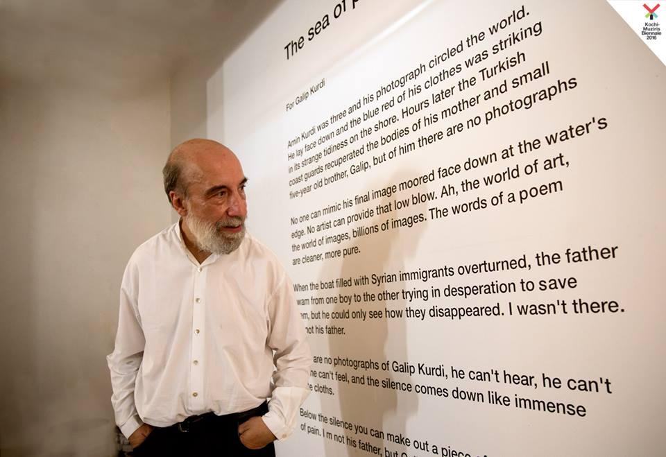 Raúl Zurita en su instalación Sea of Pain. Cortesía: Kochi-Muziris Biennale 2016