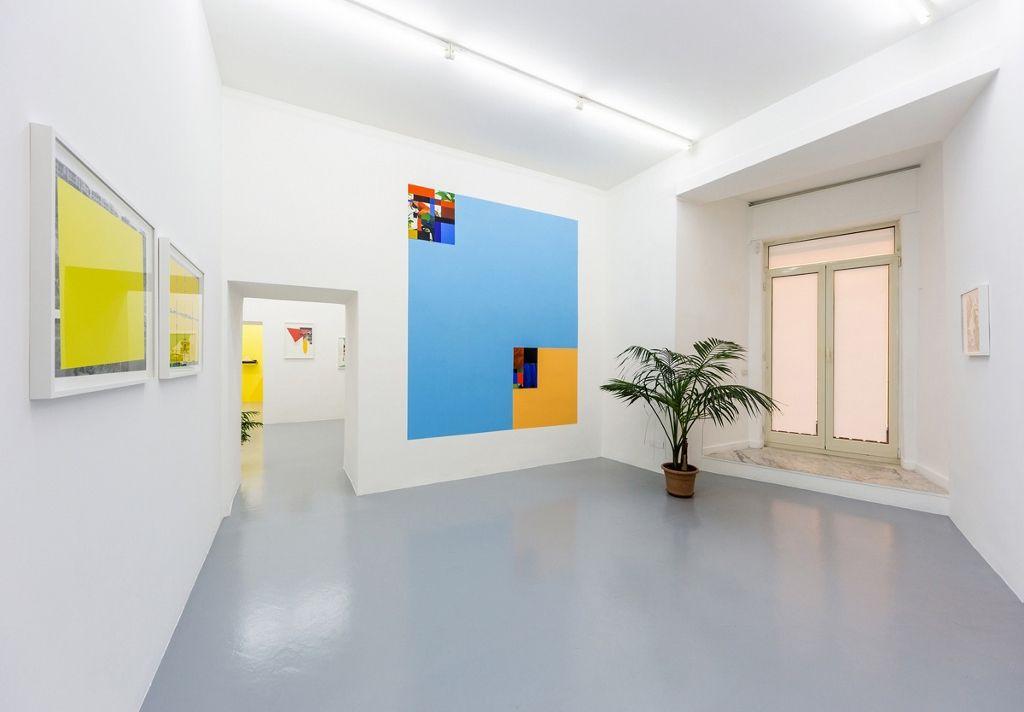 Vista de la exposición Shamanic Modernism: Parrots, Bossa Nova and Architecture, de Sergio Vega, en Galleria Umberto Di Marino, Nápoles, Italia, 2016. Cortesía de la galería