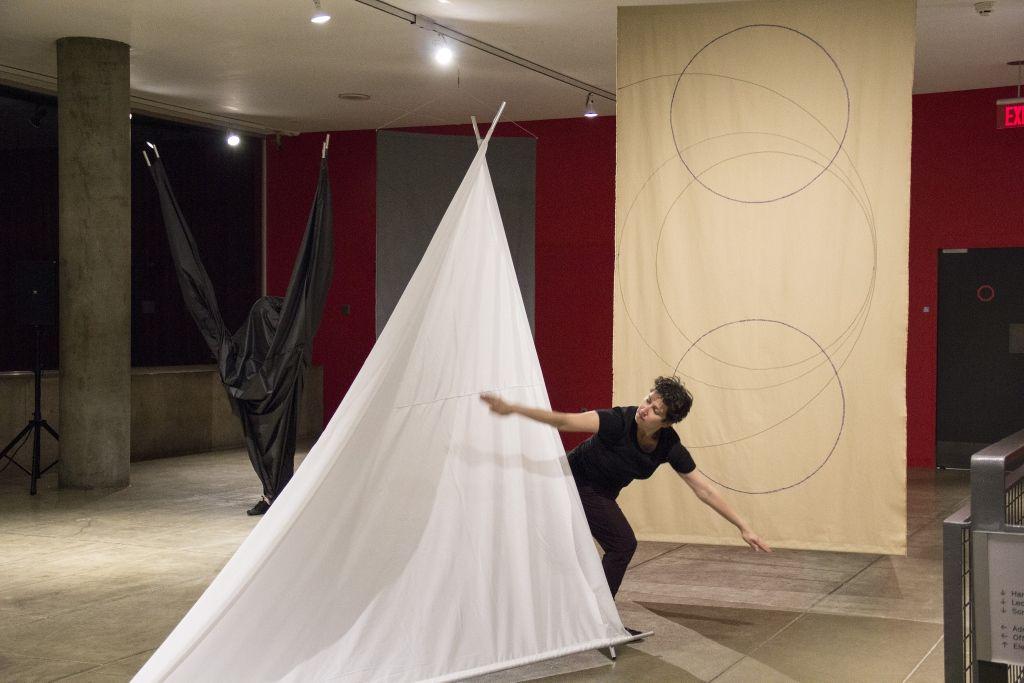 Carmen Beuchat, junto a Johanna Unzueta y Felipe Mujica, Two Not One II, 2016, coreografía multimedial a partir de la obra original de Beuchat de 1975. Cortesía: CCVA