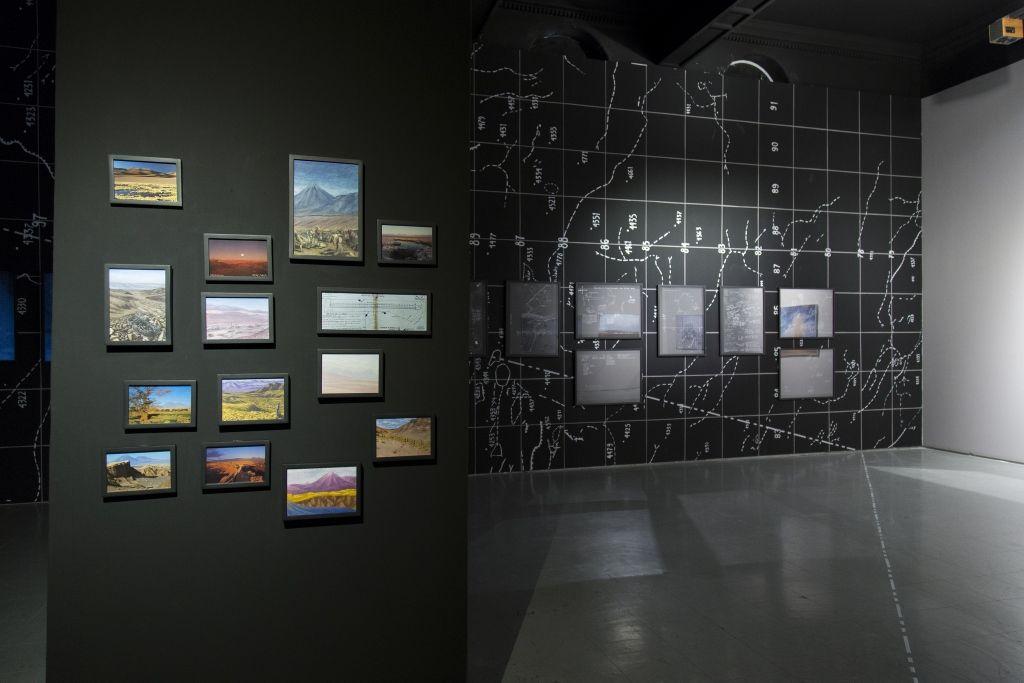 Agencia de Borde. Una explosión sorda y grave, no muy lejos. Vista de la muestra. Museo de Arte Contemporáneo (MAC), Quinta Normal. Santiago de Chile, 2016. Foto: María José Canales /MAC