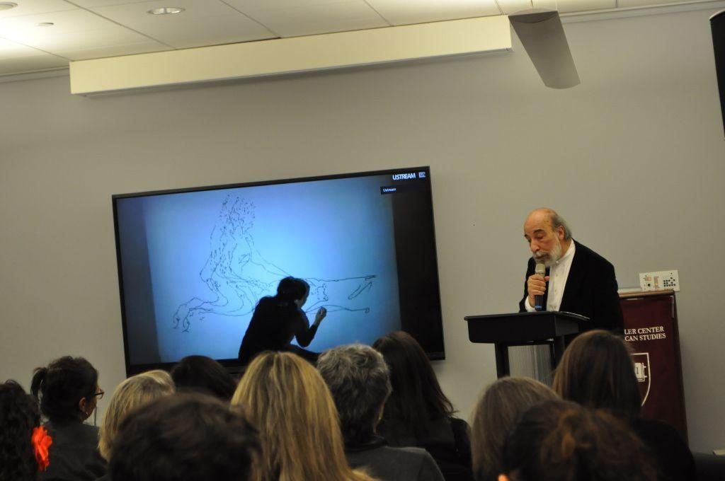 Raúl Zurita (poesía) y Cristóbal Lehyt (dibujo proyectado a la pared), acción como parte de la muestra Embodied Absence: Chilean Art of the 1970s Now, en el Carpenter Center for the Visual Arts (CCVA) de la Universidad de Harvard, Cambridge, Massachusetts. Cortesía: CCVA