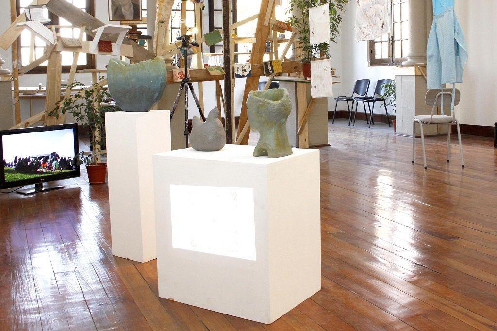Vicente Arrese expuso una presentación en 'Power Point' con la colección de imágenes de hígados de su padre, y junto a esta proyección dispuso unas esculturas hechas en cerámica, pertenecientes a su madre