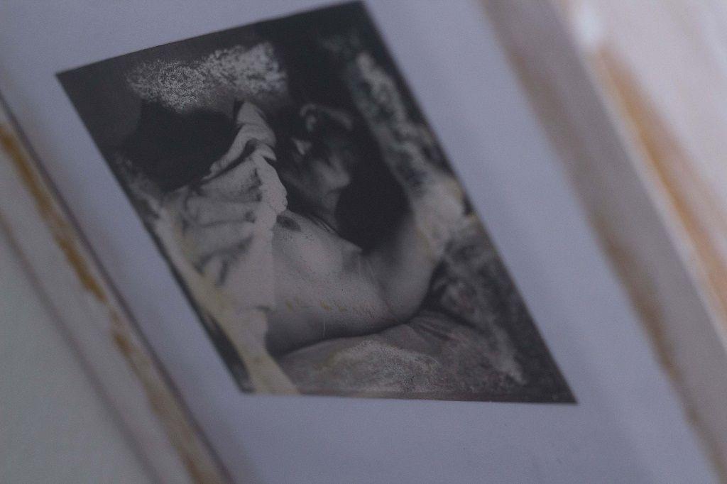 Flavia Cornejo expuso fotos, dibujos, poemas y notas de su padre. En las fotografías se observa a su madre embarazada y un poema que le dedicó su padre