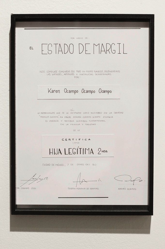Obra Forgiven: diploma que realizó Karen Ocampo, en el que su padre la perdona por la demanda por pensión alimenticia y le reconoce sus méritos