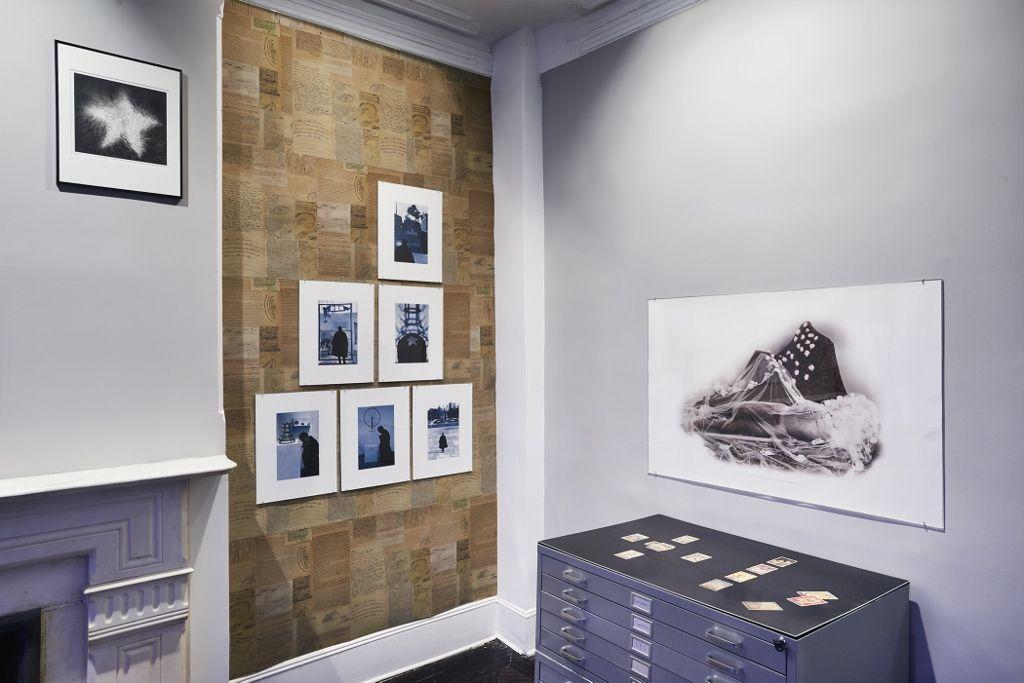 Vista de la exposición Portrait of the Artist as a Medium, de Alvaro Barrios, en Henrique Faria Fine Art, Nueva York, 2016. Cortesía de la galería