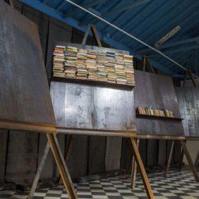 Jannis Kounellis, Sin título, 2016, 11,5 x 3,6 m (cada atril 4,20 m de alto; cada placa 2 x 1,8 m). Foto: Paola Martínez Fiterre. Cortesía: Galleria Continua
