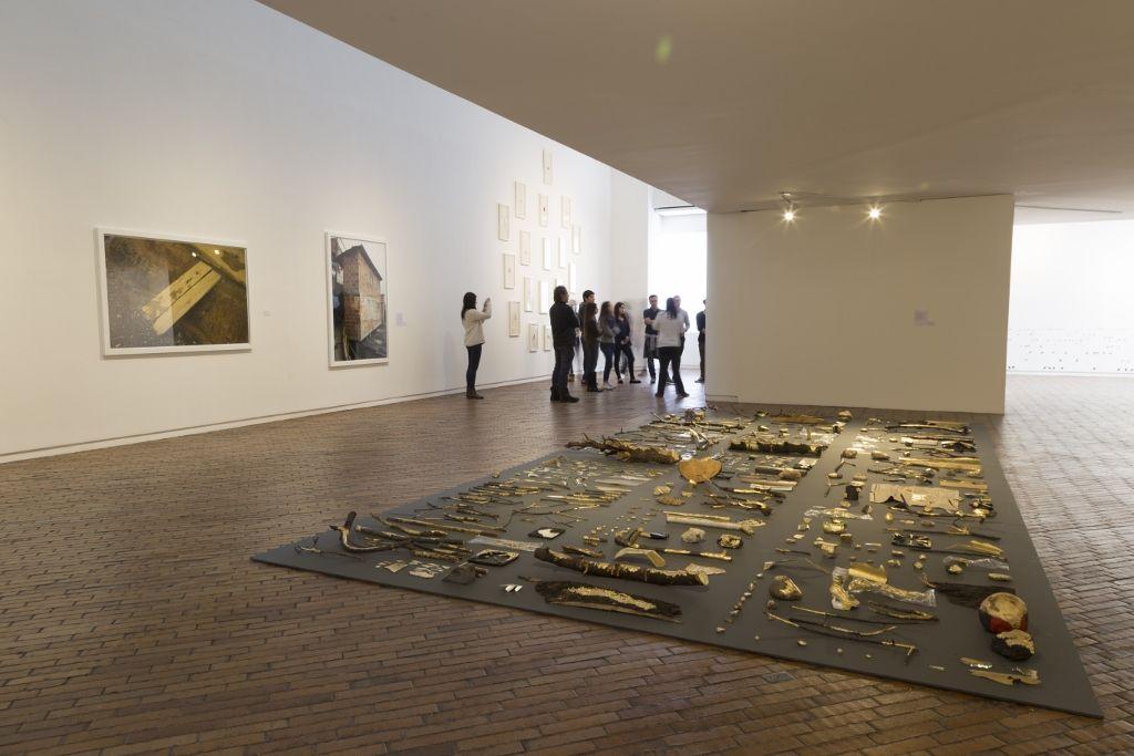 """Vista de la exposición """"Madre Tierra Amotinada"""", en el Museo de Arte Moderno de Bogotá, 2016. Cortesía: MAMBO"""