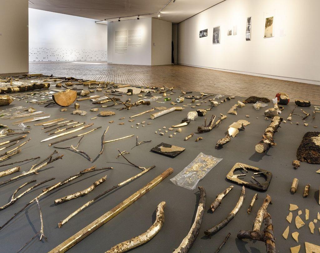 """Mario Opazo, Estrella Rota. Vista de la exposición """"Madre Tierra Amotinada"""", en el Museo de Arte Moderno de Bogotá, 2016. Cortesía: MAMBO"""