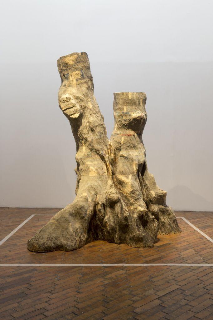 """Miler Lagos, Cimiento del tiempo. Vista de la exposición """"Madre Tierra Amotinada"""", en el Museo de Arte Moderno de Bogotá, 2016. Cortesía: MAMBO"""