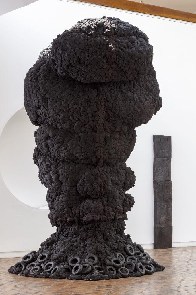 """Rodrigo Facundo, Arbol de Lágrimas. Vista de la exposición """"Madre Tierra Amotinada"""", en el Museo de Arte Moderno de Bogotá, 2016. Cortesía: MAMBO"""