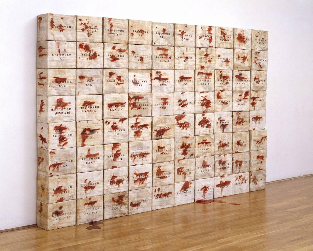 Luis Camnitzer, Leftovers, 1970, 80 cajas de cartón, gaza y acetato, 2m x 3,2m x 200 cm. Colección Tate. Presentada por el Latin American Acquisitions Committee en 2004. Cortesía. Tate Londres