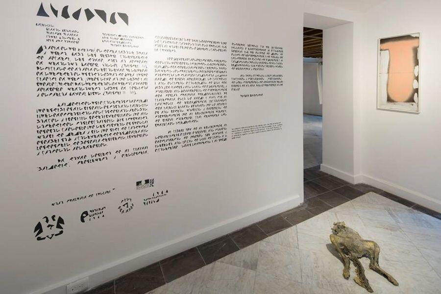 Texto de sala con tipografía ilegible de Carlos Amorales, para muestra Gravedad, en la Casa del Lago, Ciudad de México, 2016. Cortesía del artista