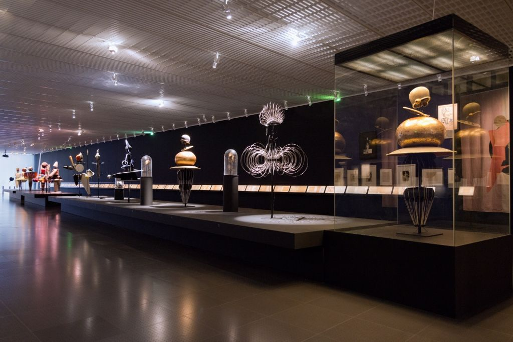 "Vista de la exposición ""Oskar Schlemmer. L'homme qui danse"" © Centre Pompidou-Metz / Foto: Jacqueline Trichard, 2016. Cortesía Bühnen Archiv Oskar Schlemmer"
