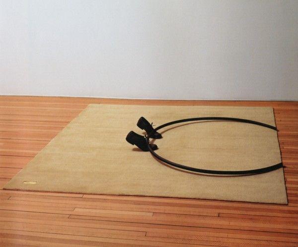 Waltercio Caldas, A emoção estética (Emoción Estética), 1977, hierro pintado y zapatos sobre alfombra, 20 x 205 x 195 cm. Colección privada, Río de Janeiro. Cortesía: Blanton Museum of Art