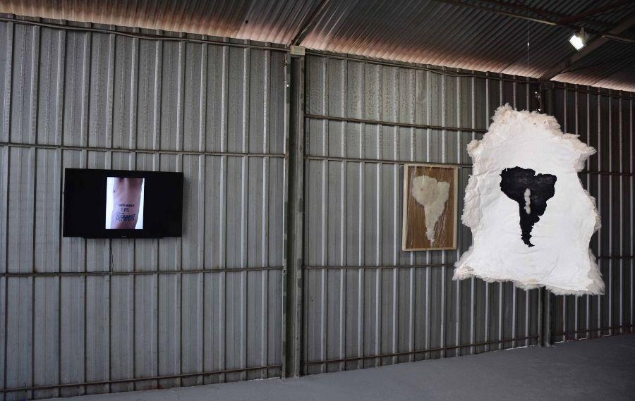 """Obra de José Ballivián en """"Lanzados"""", Galería Metropolitana, Santiago de Chile, 2017. Foto: Romina Riquelme"""