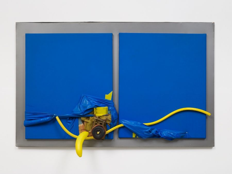 Miguel Angel Cárdenas, Blue lovers (Amantes Azules), 1965, panel, PVC, objetos, 72.1 x 115.3 x 13.3 cm. Cortesía del Patrimonio de Miguel Ángel Cárdenas e Instituto de Visión, Bogotá. Foto: Pierre Le Hors