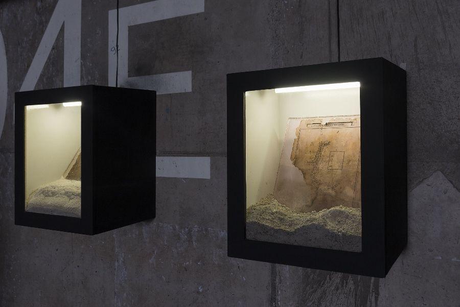Leonardo Sandoval, Percepción consciente, 2016, mapas encontrados en resina retroiluminada, dimensiones variables. Cortesía del artista. Foto: Jorge Brantmayer