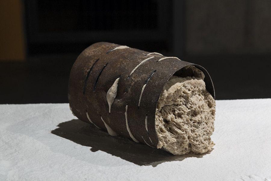 Valentina Morales, Tensión Equlibrada, 2016, masa horneada, fierro oxidado y harina, dimensiones variables. Cortesía de la artista. Foto: Jorge Brantmayer