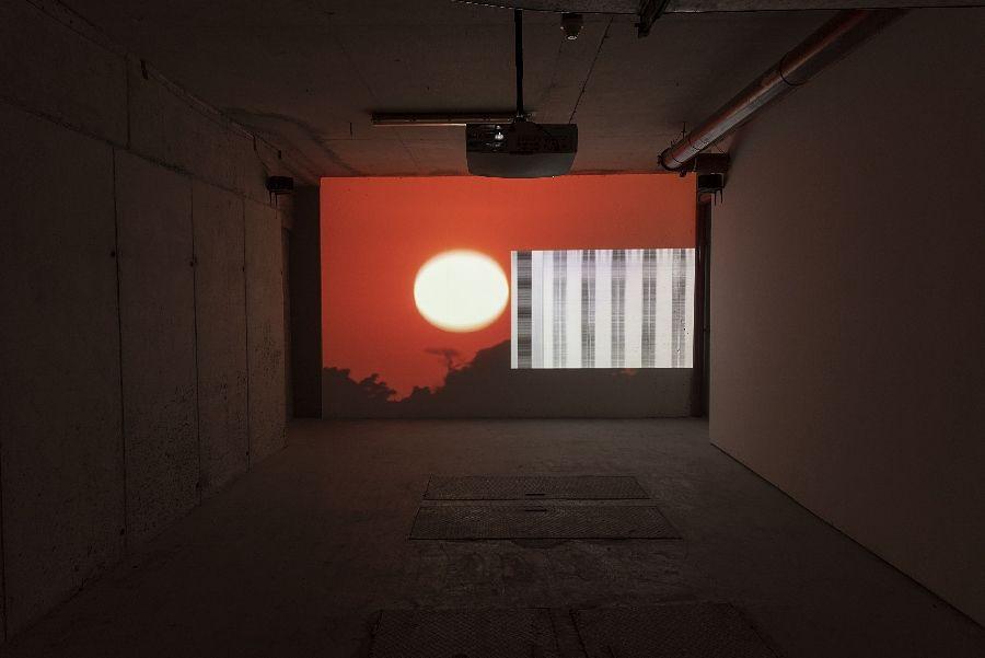 """Carolina Mora, El saber del mundo, 2016, metraje encontrado, video multicanal, proyección en loop, 7'30"""". Cortesía de la artista. Foto: Jorge Brantmayer"""