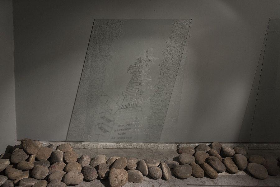 Javiera Ibarra, Una vez presente todo lo vuelves ausencias, 2016, dibujo sobre vidrio, piedras, luz de teléfono celular. Cortesía de la artista. Foto: Jorge Brantmayer