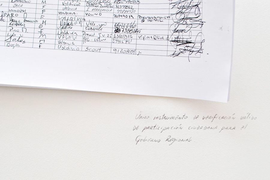 Vista de la exposición del colectivo Emergencia en Galería Barrios Bajos, Valdivia, Chile, 2017. Cortesía de la galería