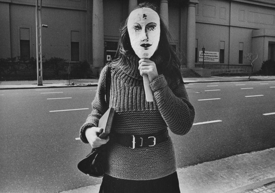 Liliana Maresca frente al MNBA, Buenos-Aires. Fotografía por Marcos López, 1984. Fotoperformance, gelatina de plata al selenio sobre papel fibra Ilford, 22 x 335 cm. Edición de 10 + AP. Cortesía: Rolf Art