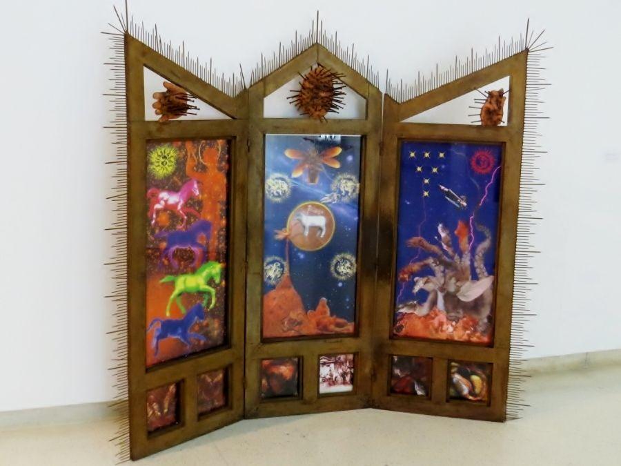 Nelson Garrido, El altar de la Apocalipsis. Año 1996. Técnica Mixta: Imagen digital/papel y ensamblaje en hierro. 166 x 187 cm. Foto: Zulbert Marin / Prensa MACZUL