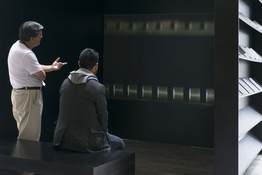 Óscar Santillán (Guayaquil, Ecuador, 1980. Vive y trabaja en Amsterdam), El Mensajero, 2016, video monocanal con banda sonora, estante y libros, dimensiones variables. Cedido por el artista, cortesía de la Galería No Mínimo, Guayaquil.