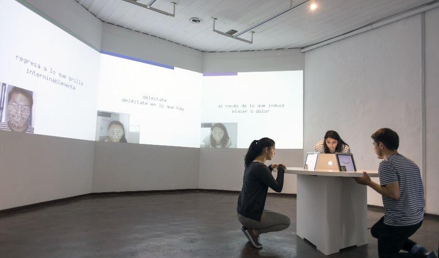 Yucef Merhi (Caracas, Venezuela, 1977. Vive y trabaja entre Nueva York y Cuenca), Poesía Facial, 2016, instalación interactiva compuesta por 3 computadoras, proyectores y software. Cortesía Bienal de Cuenca