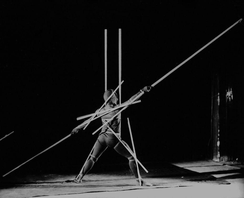Oskar Schlemmer, Stäbetanz / Danse des bâtons, 1928. Bailarina: Manda von Kreibig. Fotografía: T. Lux Feininger Photographie. Colección Bühnen Archiv Oskar Schlemmer  © 2016 Oskar Schlemmer, Photo Archive C. Raman Schlemmer