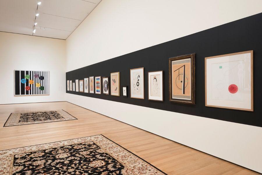 """Vista de la exposición """"Francis Picabia: Nuestras cabezas son redondas para que nuestros pensamientos puedan cambiar de dirección"""". Museo de Arte Moderno, Nueva York, 2016-2017 © 2016 Museo de Arte Moderno. Foto: Martin Seck"""