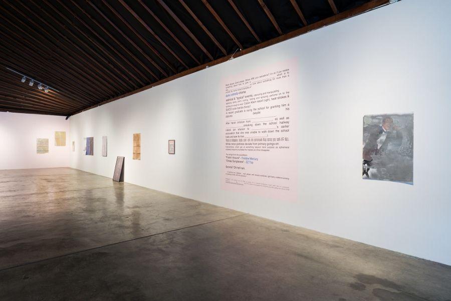 Vista de la exposición Oh Time Your Gilded Pages, en Disjecta Contemporary Art Center, Portland, Oregon, 2017. Con obras de Ad Minoliti y Bobbi Woods. Foto: Mario Gallucci. Cortesía: Disjecta