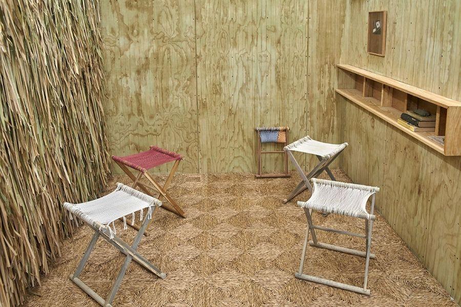 Jorge González, Banquetas Chévere, 2016, edición de 4 taburetes únicos, cordón de algodón teñido en madera de teca construida, 21.75 x 19 x 17.5 pulgadas. Cortesía: Embajada