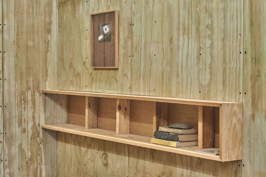 Jorge González, Estantería después de Casa Klumb, 2016, panel decorativo de madera contrachapada con textos seleccionados. Dimensiones variables. Cortesía: Embajada